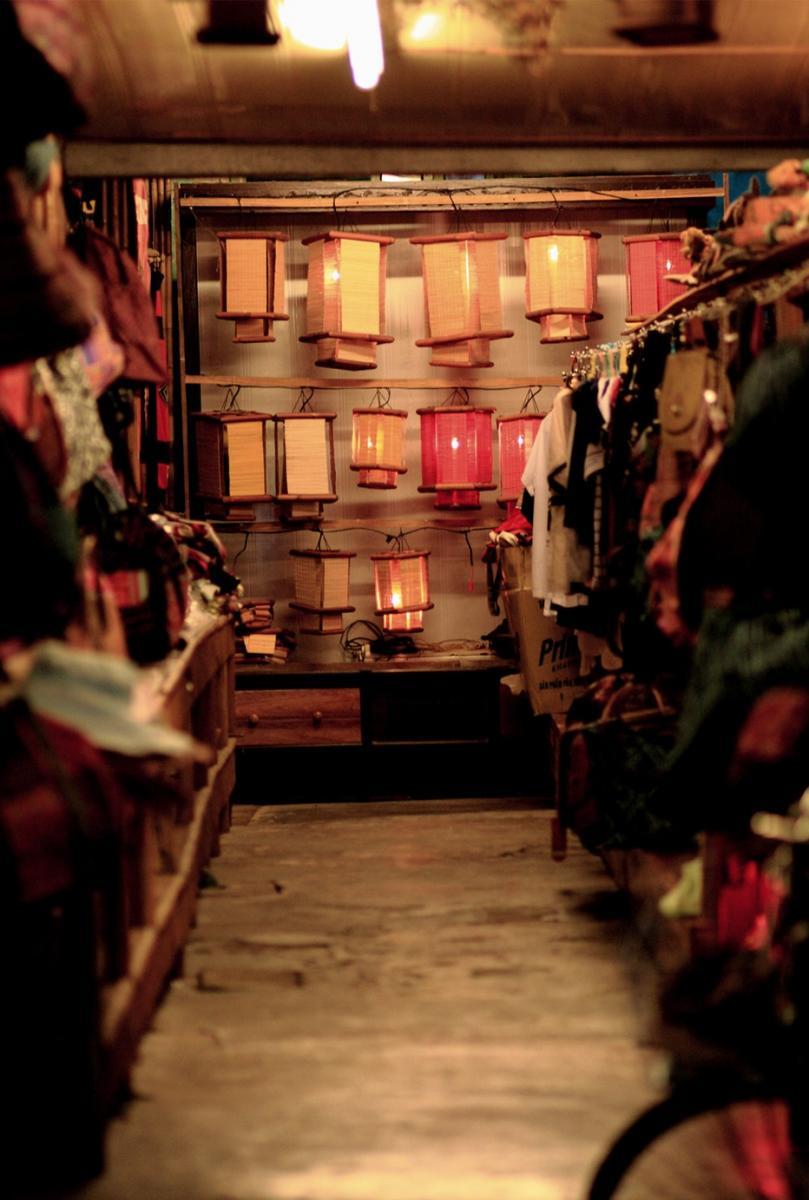 Lồng đèn được bày bán trong hàng quán