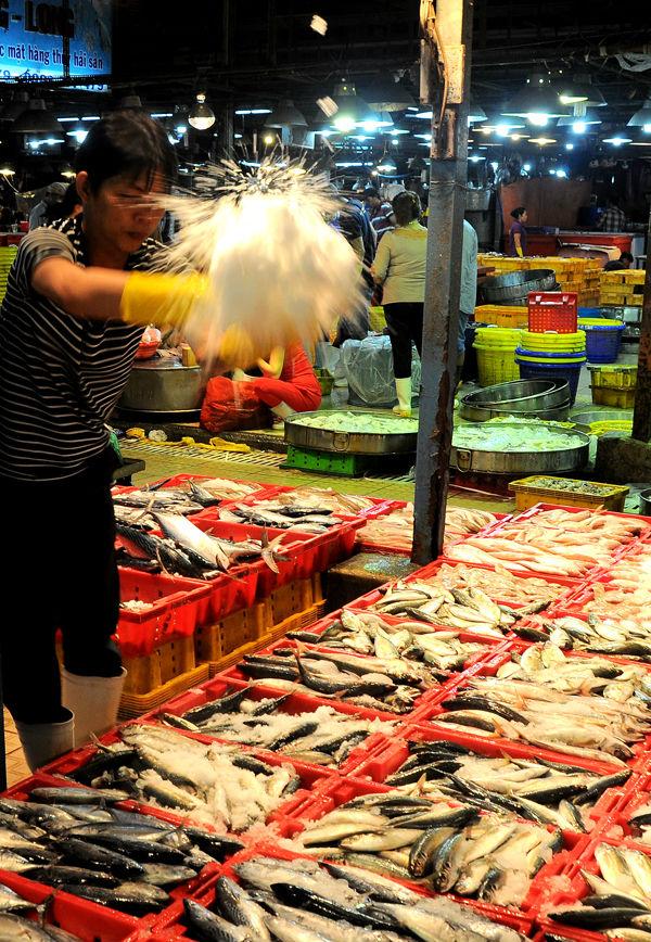 Để cá luôn tươi, người bán bảo quản bằng đá. Ban quản lý chợ thường xuyên kiểm tra các chất cấm nhằm đảm bảo cá không bị tẩm các chất chống ươn có thể gây hại cho sức khỏe.