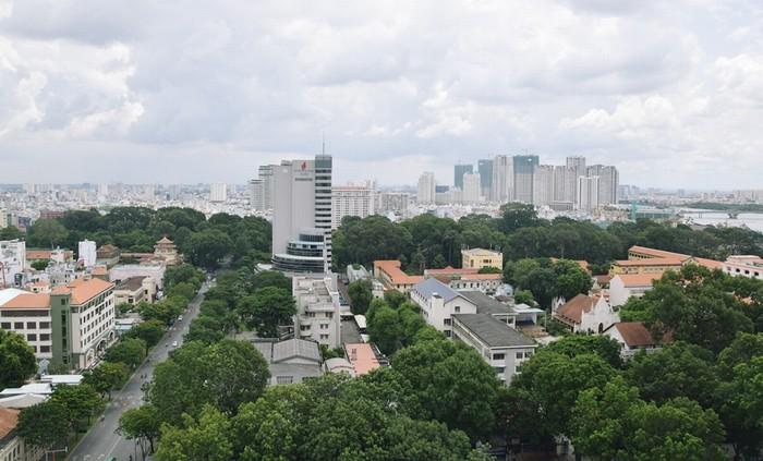 Nằm ở vị trí trung tâm thành phố, trên tuyến đường Lê Duẩn, mở bất kỳ cửa nào của phòng Tổng thống cũng thấy view đẹp của Sài Gòn với nhiều tòa nhà cao tầng xen giữa cây xanh.