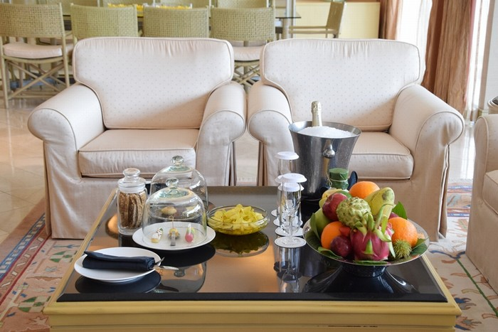 Căn phòng có gồm phòng khách có khu vực bàn ăn, quầy bar, bếp; 2 phòng ngủ, một phòng làm việc.