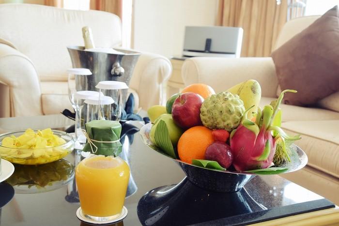 Đặc biệt đĩa hoa quả và chai nước cam ép có bọc lá chuối và buộc lạt, mang đến sự gần gũi của nếp sống Việt Nam.