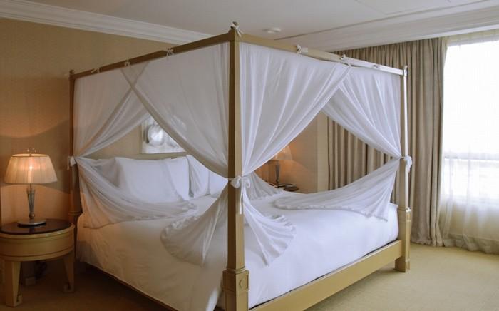 Chiếc giường trong phòng ngủ có nệm, gối làm từ lông ngỗng với thiết kế đơn giản nhưng không kém phần tinh tế.