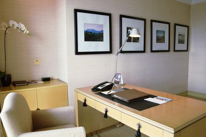Trong phòng làm việc có treo các bức tranh phong cảnh Việt Nam, tạo sự thân thiện và thư giãn.