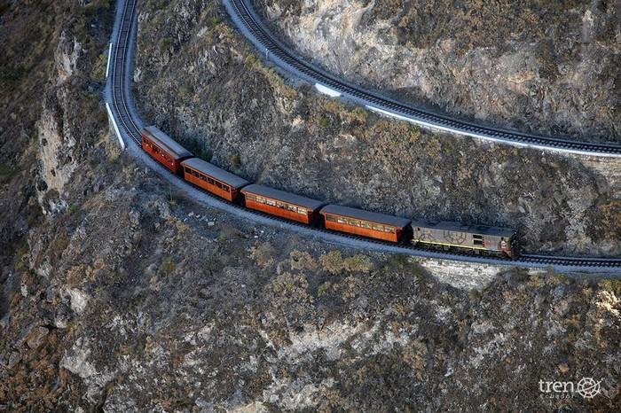 Khi nhậm chức năm 1895,tổng thống Ecuador Eloy Alfarothông báo rằng một tuyến đường sắt mới sẽ được xây dựng nối liền thành phố biển Guayaquil với thủ đô Quito. Tuyến đường xuyên qua các vùng đồi núi và có những khúc rất nguy hiểm vì kế bên là vực sâu thăm thẳm.