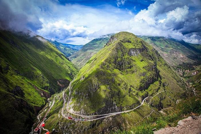 """Nhiều người cho rằng dãy Andes khi đó không thể bị """"khuất phục"""" bởi một tuyến đường sắt. Dù xảy ra các cuộc biểu tình và không được khuyến khích, tổng thống Alfaro vẫn thuê hai đội kỹ sư Mỹ và giao nhiệm vụ xây"""