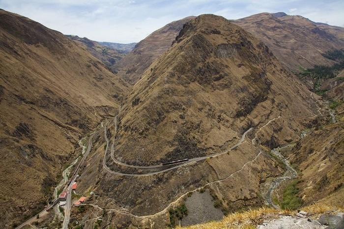 Vấn đề kỹ thuật cũng là một trong những thử thách lớn nhất khi làm tuyến đường này. Một vách đá lớn và dốc tên là Devil's Nose (Mũi Quỷ Dữ) hay Nariz del Diablo, nằm giữa hai thị trấn Alausi và Sibambe