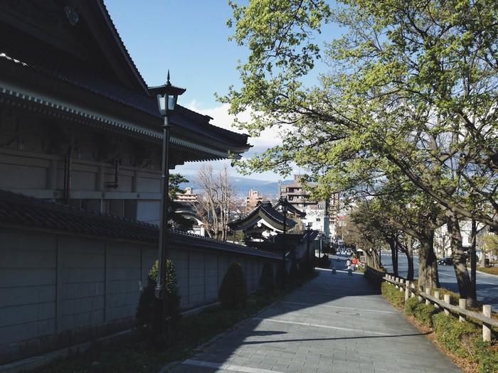 Những con dốc nhỏ dưới tán cây xanh ở Hakodate