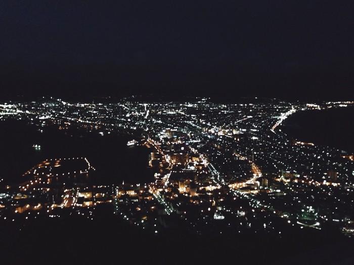 Ánh đèn thành phố cảng chụp bằng điện thoại