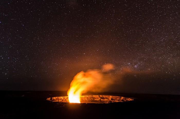 Miệng núi lửa Kilauea vẫn phun trào cả ngày lẫn đêm