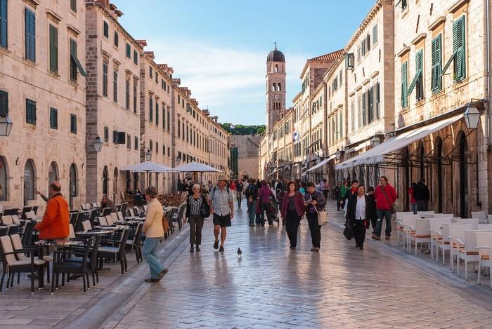 Phố đi bộ Dubrovnik sầm uất người qua lại