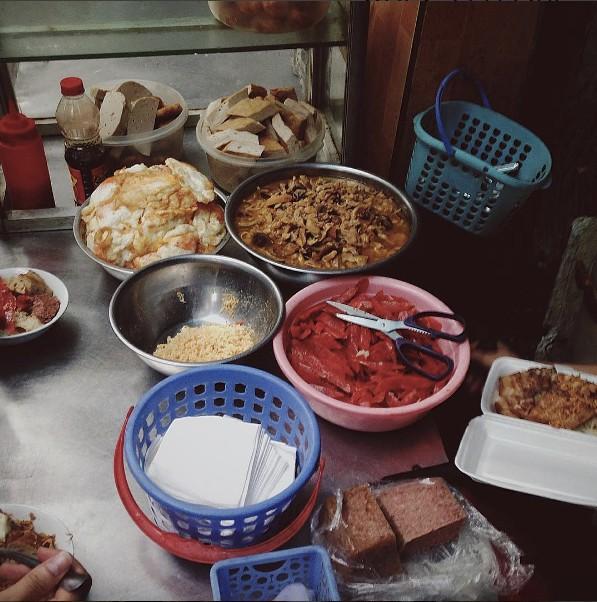 4 hàng xôi mà nửa đêm đói bụng, người Hà Nội lại muốn... lao ra làm ngay 1 bát rồi về! - Ảnh 18.