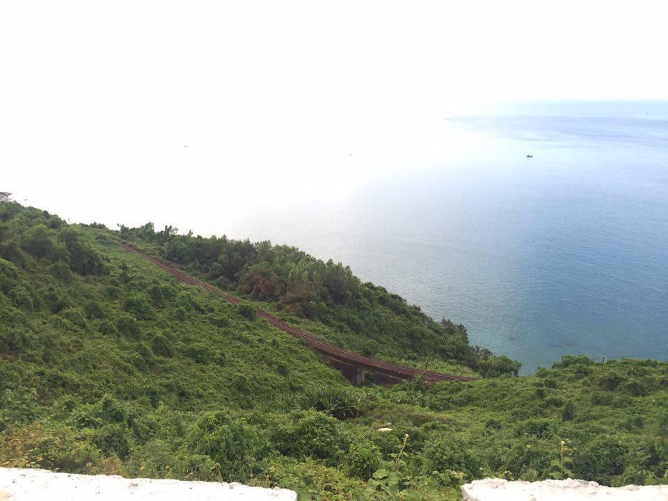 Kết thúc ngày đầu tiên ở Huế, cả nhóm phi xe máy vượt đèo Hải Vân để ghé thăm Đà Nẵng. Quảng đường dài khoảng 100 km, nhưng theo chia sẻ của Tuấn Anh thì bạn có thể vừa đi vừa nghỉ chân ven đường để thưởng ngoạn và chụp ảnh lưu niệm.
