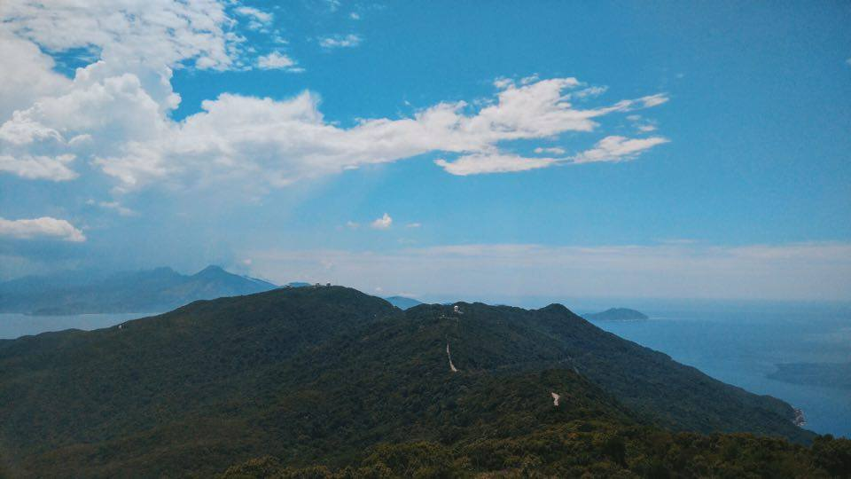 Phóng tầm mắt ra xa, bạn có thể thu được cảnh sắc hùng vĩ của thiên nhiên. Một bên là đồi núi một bên là biển cùng đoạn đường chông chênh sẽ mang lại cho bạn những trải nghiệm tuy mạo hiểm nhưng rất đáng nhớ.