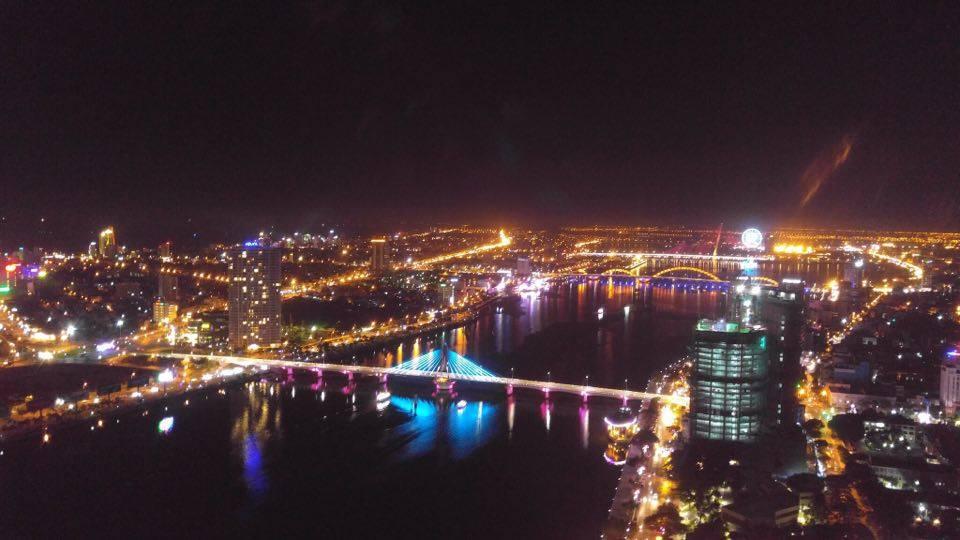 Tối đến Đà Nẵng cũng không kém phần sôi động. Bạn có thể đi ăn uống, đi bar, tham quan những cây cầu,... để hòa mình vào cuộc sống về đêm ở đây.