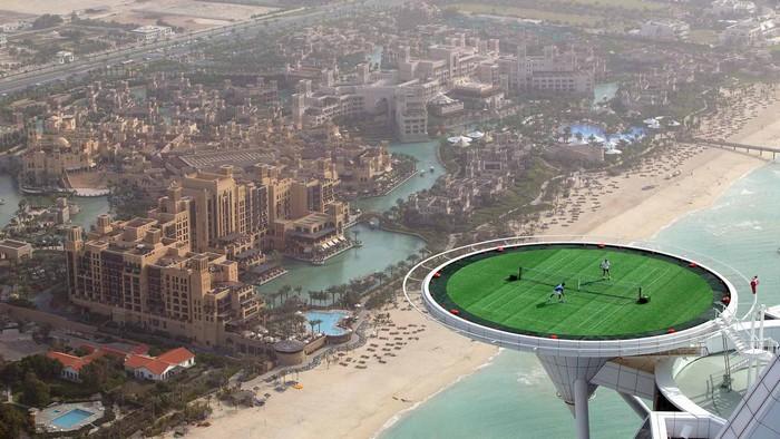 Burj Al Arab được coi là khách sạn 7 sao đầu tiên của thế giới với sân bóng trên không trung.