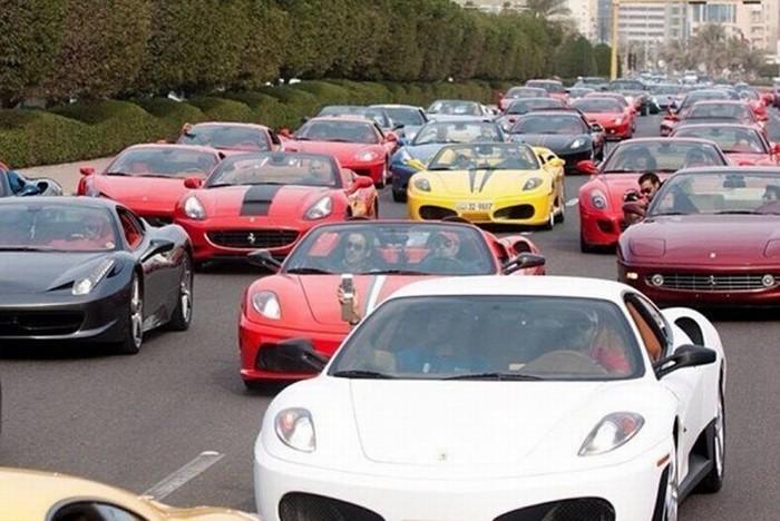 Tắc đường gì mà nhìn như triển lãm siêu xe thế này?