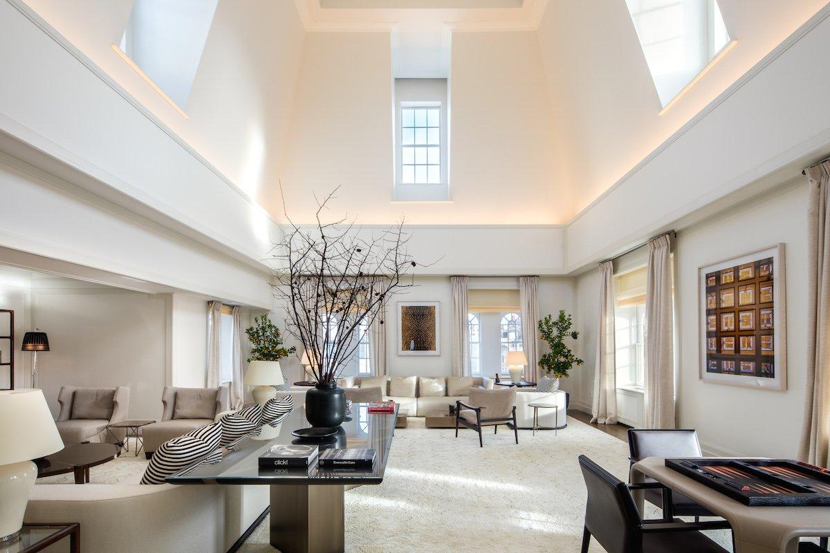 Phòng khách với trần nhà cao gần 8m khiến không gian được mở rộng tối đa.