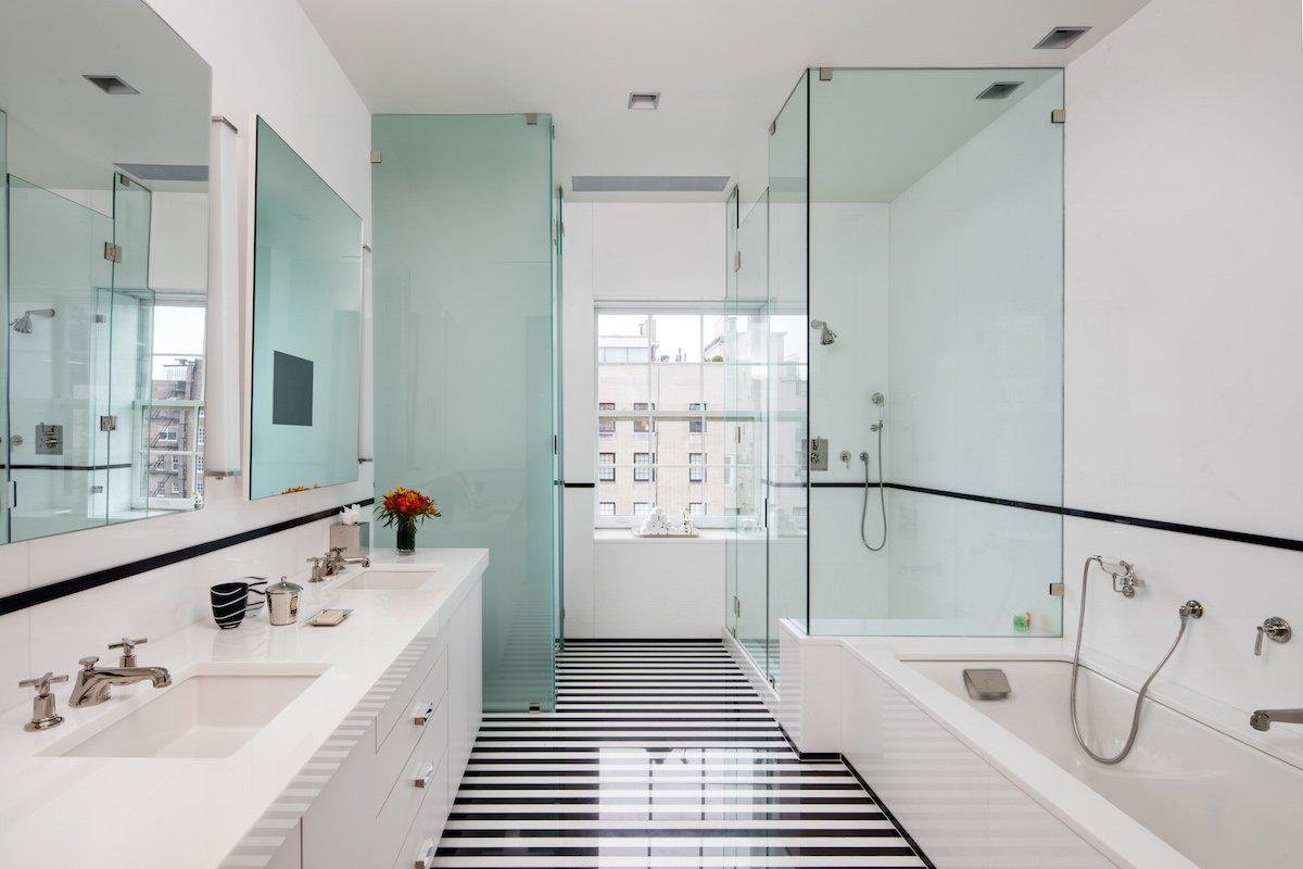 Số lượng phòng tắm lên tới con số 6, và đặc biệt hơn chính là những khung cửa sổ lớn với tầm nhìn xuống thành phố New York đông đúc.