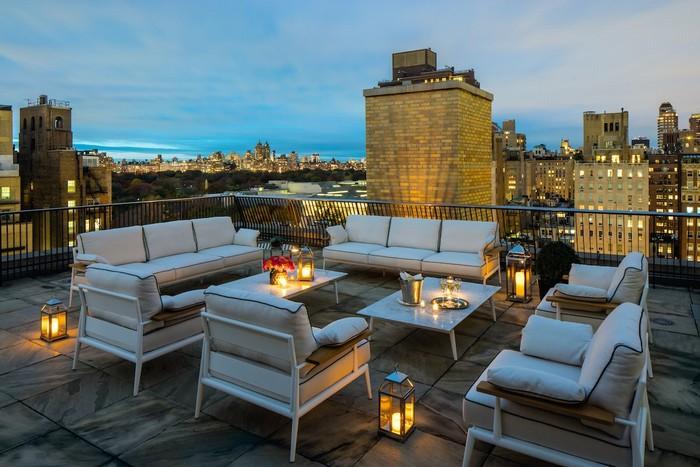 Và đây chính là không gian thu hút nhiều sự chú ý nhất của căn hộ sang chảnh, sân thượng với tầm nhìn rộng lớn xuống Central Park và bảo tàng nghệ thuật Metropolitan.