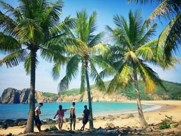Cảm giác lặng người khi đứng trước vẻ đẹp thơ mộng được thiên nhiên ưu ái ban tặng với hàng dừa xanh, bờ cát mịn trải dài, sóng biển dịu êm ôm ấp bờ.
