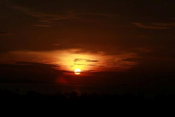 Mặt trời đang dần ló dạng tại Bãi Ôm yên bình