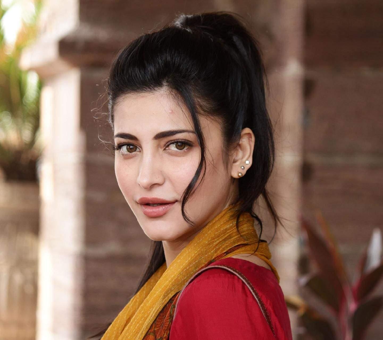 खूबसूरती बढाने के लिए अभिनेत्री श्रुति हासन ने करवाया प्लास्टिक सर्जरी