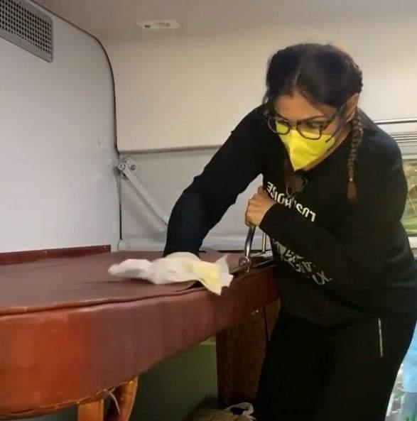 मास्क लगाकर रवीना ने की ट्रेन के केबिन की सफाई