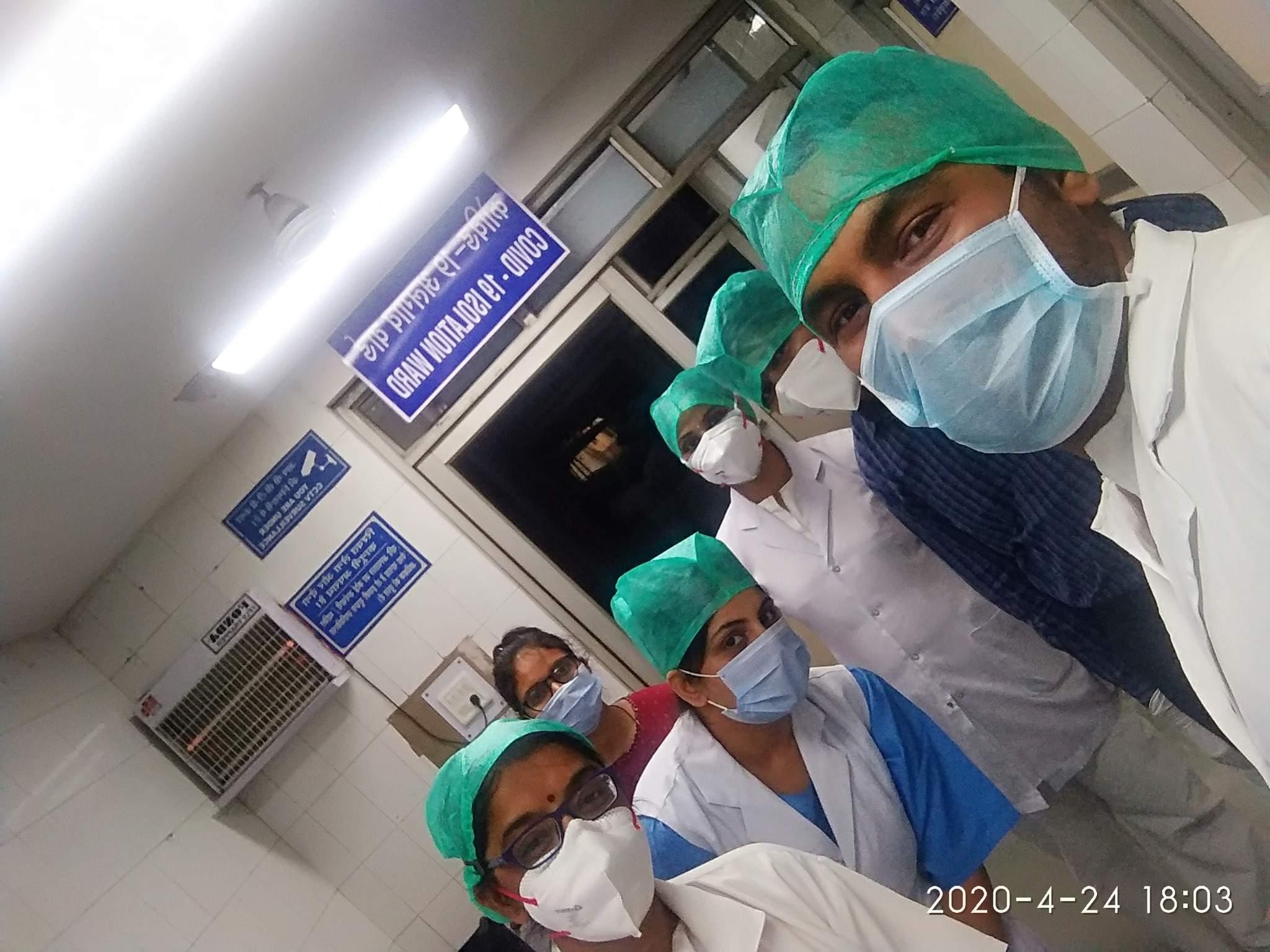 कोरोना योद्धा के रूप में तिब्बिया कॉलेज और अस्पताल में कर्तव्यपथ पर वैद्यगण