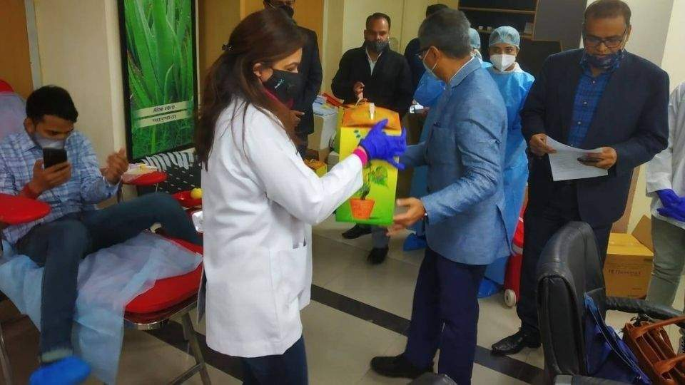 Rajesh Kotecha Gifted Medicinal Plant to Felicitated the Medical Professionals
