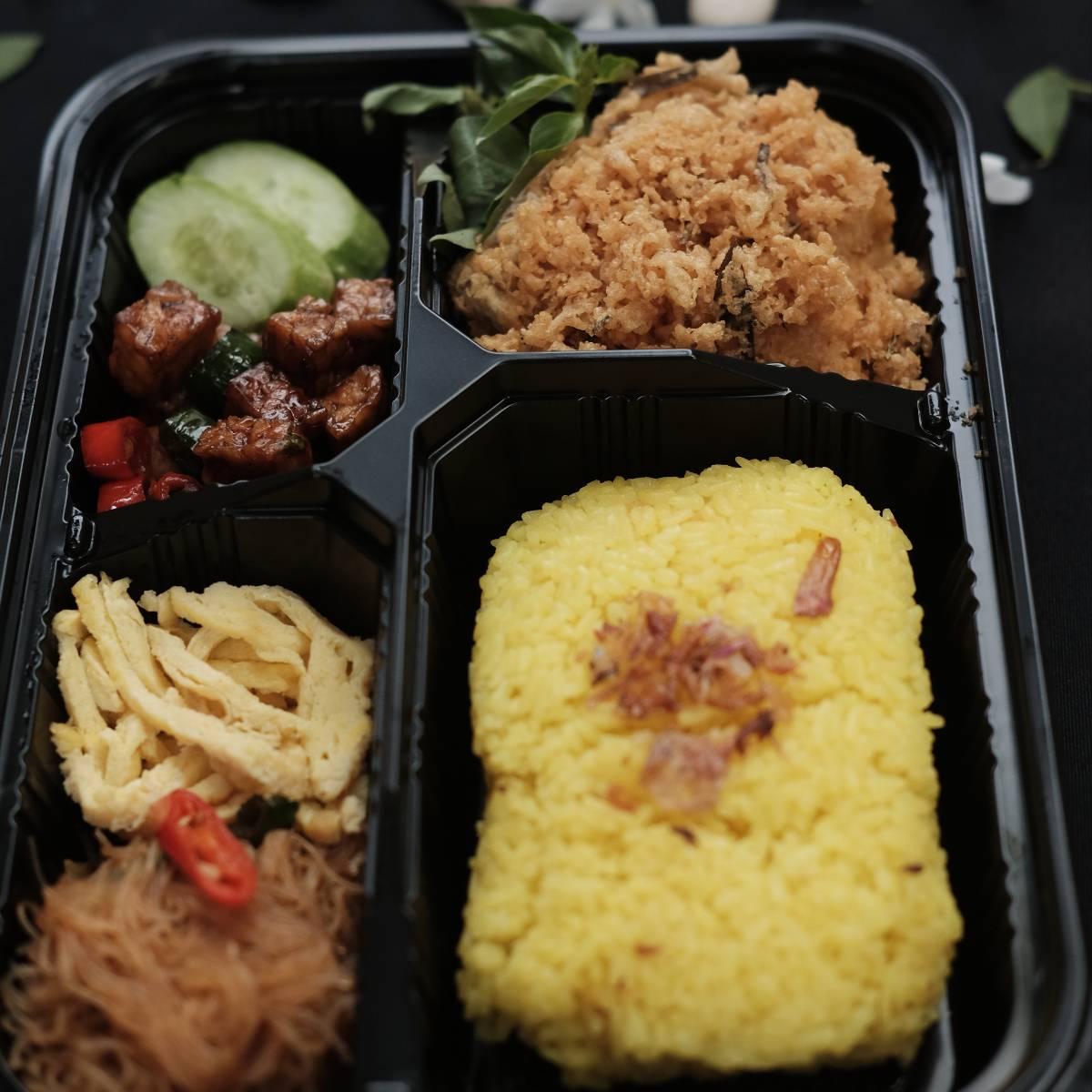 """Paket """" Nasi Kuning Ayam Kremes """""""