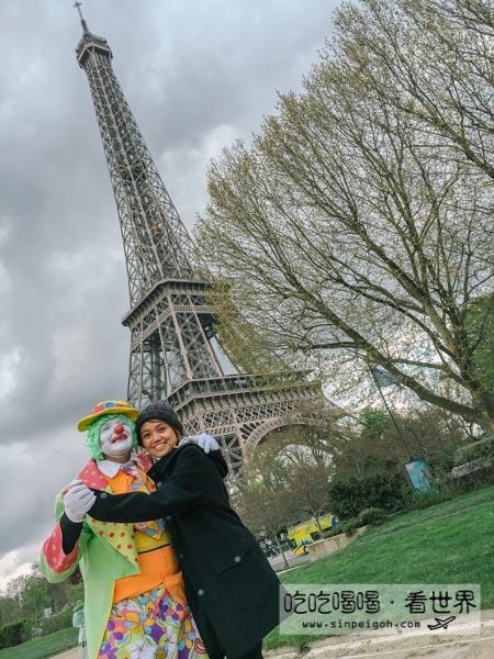吃吃喝喝看世界 在巴黎鐵塔下被小丑騙合照