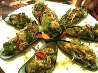 พล่าหอยแมลงภู่นิวซีแลนด์ .. รสชาติจัดจ้าน ที่ ร้านอาหาร บ้านสวนองุ่น by Kob