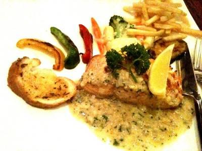 สเต็กปลาแซลมอน สไตล์ฝรั่ง .. ราดไวท์ซอส ที่ ร้านอาหาร บ้านสวนองุ่น by Kob