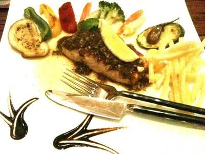 สเต็กปลาแซลมอน อีกครั้ง คราวนี้แบบไทย .. ซอสกระเทียม กับน้ำจิ้มแจ่ว ที่ ร้านอาหาร บ้านสวนองุ่น by Kob