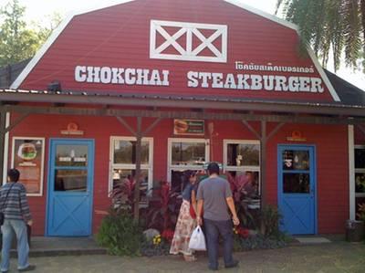หน้าร้านค่ะ ที่ ร้านอาหาร โชคชัยสเต็กเบอร์เกอร์ เขาใหญ่ นครราชสีมา