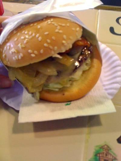 ชีสเบอร์เกอร์ ที่ ร้านอาหาร โชคชัยสเต็กเบอร์เกอร์ เขาใหญ่ นครราชสีมา