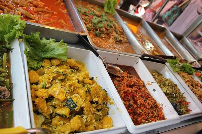 กับข้าวเรียงรายกว่า 20 อย่าง♥ ที่ ร้านอาหาร ครัวเบญจรงค์อาหารอิสลาม