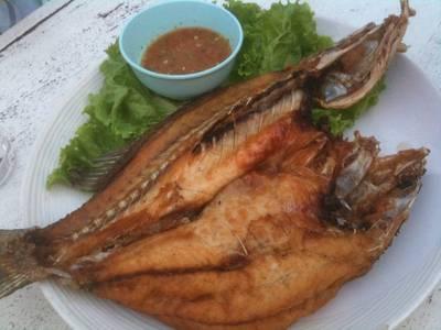 ปลากระพงทอดน้ำปลา ที่ ร้านอาหาร เกาะเสม็ด