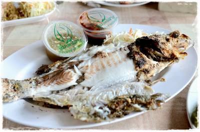 ปลากระพงเผาเกลือ ที่ ร้านอาหาร อิ่มปลาเผา บางมด พุทธบูชา