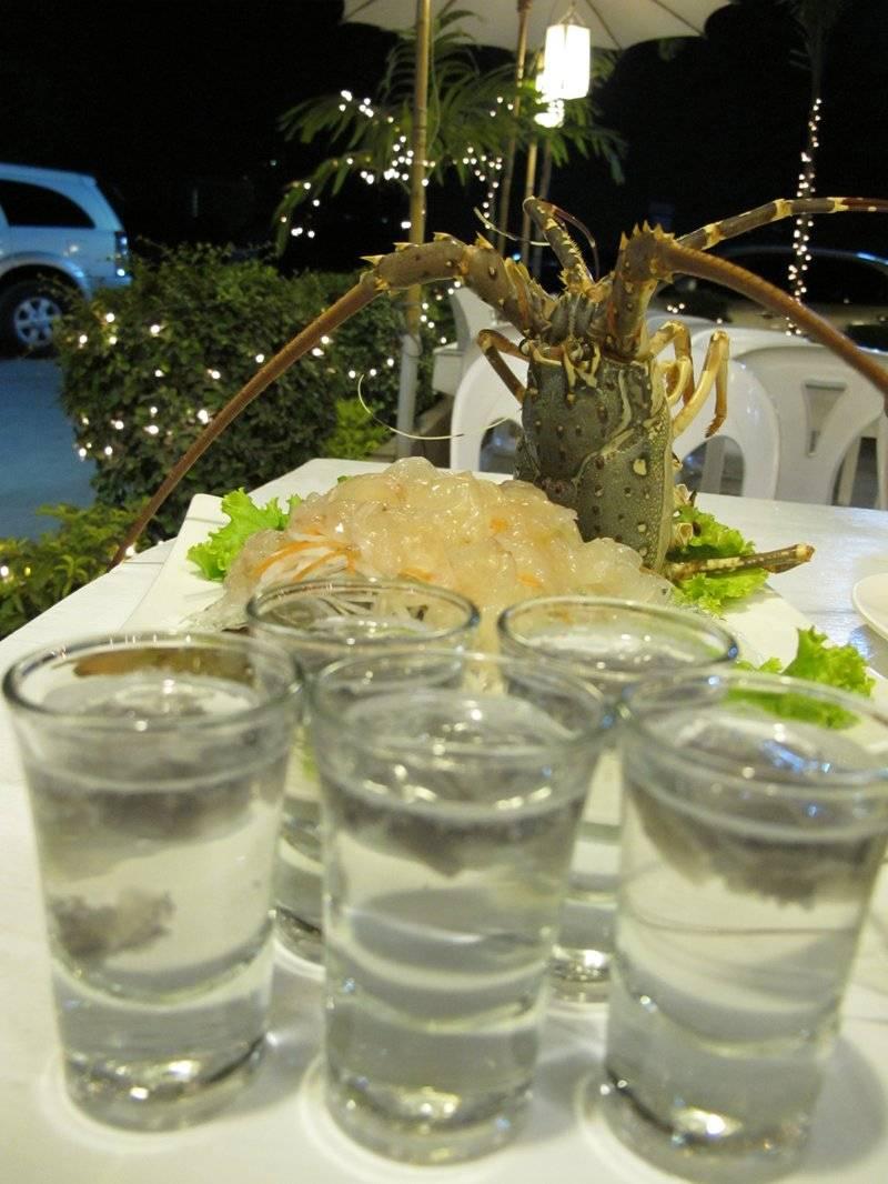 กุ้งมังกรซาซิมิ มาพร้อมกับเลือดกุ้ง ที่ ร้านอาหาร OK Seafood