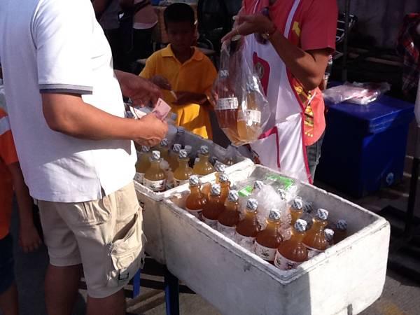 ชาดำ ชาอู่หลง ชงสำเร็จขวดละ 25-.อยู่สุดสะพานขวามือ แนะนำ ที่ ร้านอาหาร ตลาดนัดอาหารทะเล ท่าเรือพลี