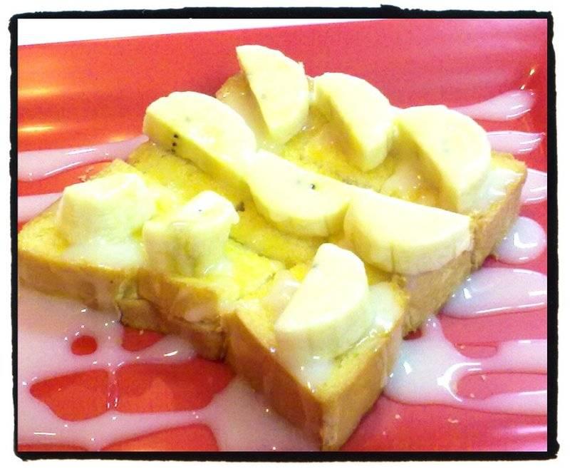 ขนมปังปิ้งหน้ากล้วยราดนมข้นหวาน ที่ ร้านอาหาร นมสดประตู5