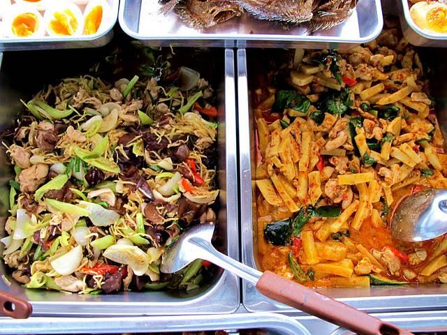 เมนูข้าวแกง มีหมุนเวียนเปลี่ยนทุกวันจ้า ที่ ร้านอาหาร ข้าวสวยแกงร้อน