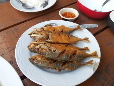 ปลาทูทอดกรอบ ให้เป็นพระเอกของมื้อนี้เลย ที่ ร้านอาหาร ครัวฟ้ามุ่ย