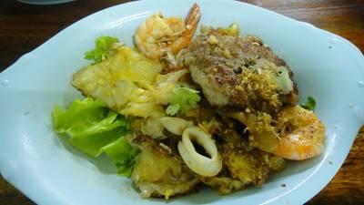 คั่วทุกอย่าง หมู ปลาหมึก กุ้ง (แต่ไม่มีไก่ เพราะวันนั้นหมด) ที่ ร้านอาหาร คั่วชามเปล