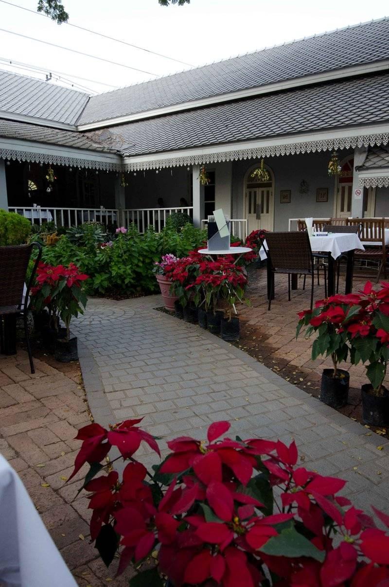 บรรยากาศสบายๆในสวน ผ่อนคลายได้ดี ที่ ร้านอาหาร Secret Garden สาทร