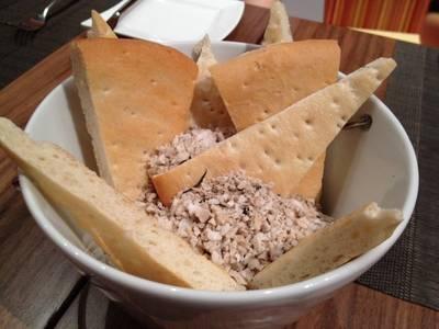 ขนมปัง เสิร์ฟมาในเกลือทะเลร้อน ที่ ร้านอาหาร Crave Wine Bar & Restaurant Aloft Bangkok