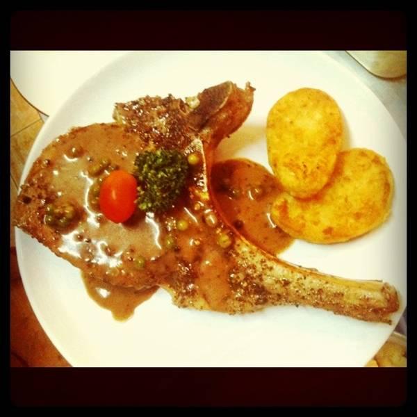 สเต็ก. Pork chop ชิ้นโตๆ พร้อมน้ำเกรวี่ ที่ ร้านอาหาร psalm23 Nimman Italian buffet