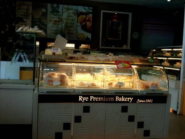 เบเกอรี่หลากหลาย ให้เลือกมากมาย ที่ ร้านอาหาร Rye Premium Bakery Since 1981 ตลาดปากน้ำ