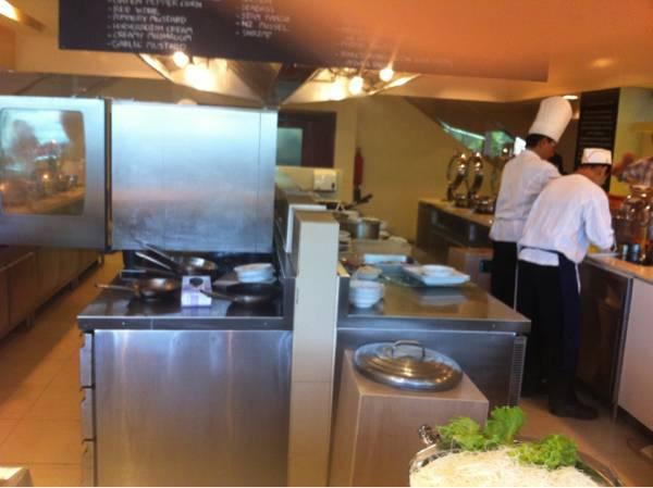 ครัวแบบเปิดจ้า ที่ ร้านอาหาร Square One โรงแรมดุสิตปริ๊นเซส ศรีนครินทร์